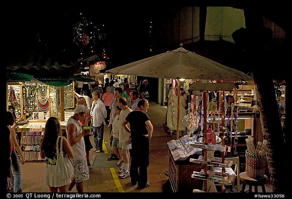 Shoppers amongst craft stands, International Marketplace. Waikiki, Honolulu, Oahu island, Hawaii, USA (color)