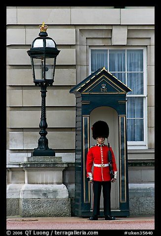 Guard and guerite, Buckingham Palace. London, England, United Kingdom
