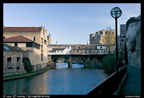 Pulteney Bridge, quay, and river Avon, late afternoon. Bath, Somerset, England, United Kingdom