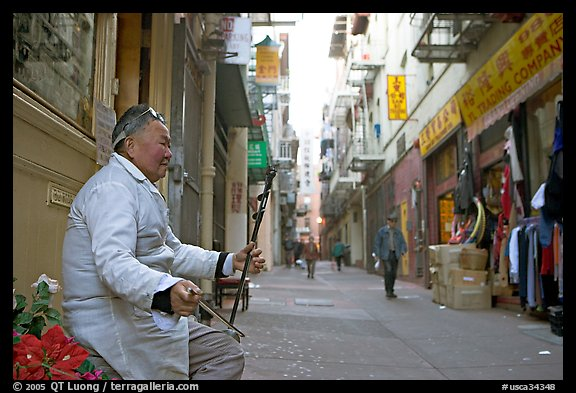 Ehru musician in Ross Alley, Chinatown. San Francisco, California, USA