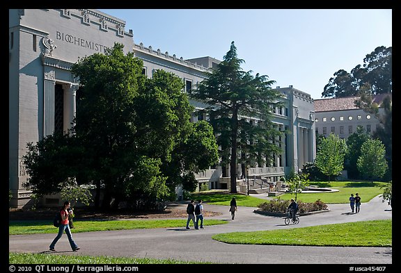 Students walking in front of Life Sciences building. Berkeley, California, USA