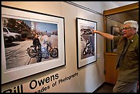 Bill Owens commenting on his photographs, PhotoCentral gallery, Hayward. California, USA (color)