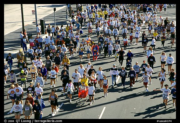 Crowds in the streets during the Bay to Breakers annual race. San Francisco, California, USA (color)