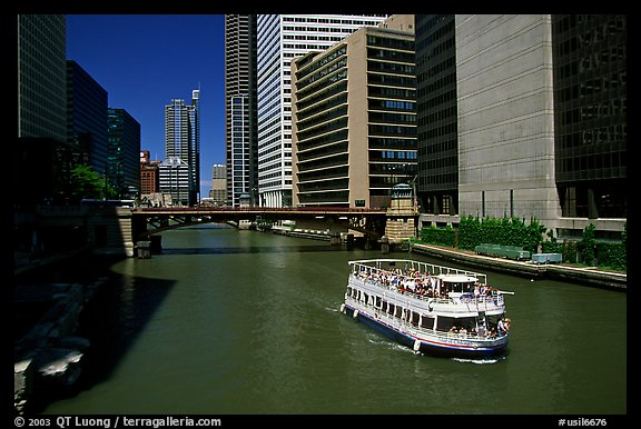 Chicago River and tour boat. Chicago, Illinois, USA