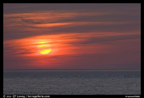 Sunset over Cape Cod Bay, Cape Cod National Seashore. Cape Cod, Massachussets, USA