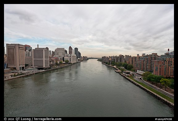 Hudson River between Manhattan and Roosevelt Island. NYC, New York, USA