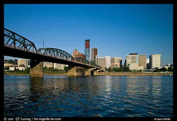 Williamette River, Hawthorne Bridge and city Skyline, early morning. Portland, Oregon, USA
