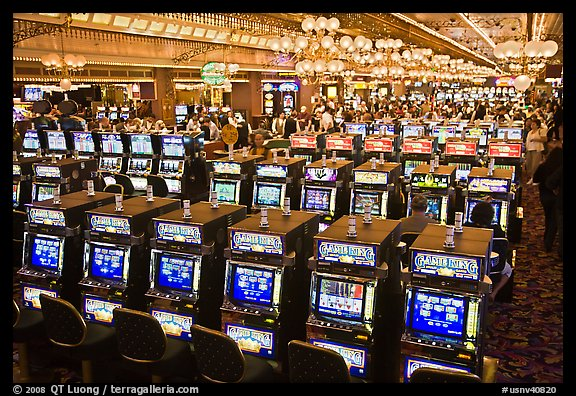 how many slot machines at paris las vegas