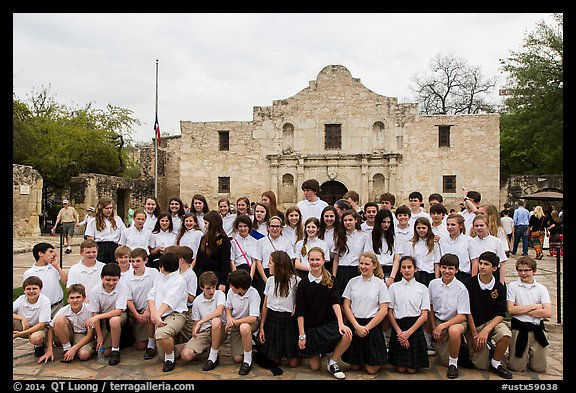 School group poses in front of the Alamo. San Antonio, Texas, USA (color)