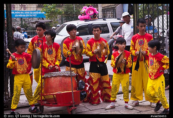 Dragon dance drummers, Thien Hau Pagoda. Cholon, District 5, Ho Chi Minh City, Vietnam