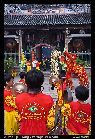 Drumners and dragon dancers in front of Thien Hau Pagoda. Cholon, District 5, Ho Chi Minh City, Vietnam (color)