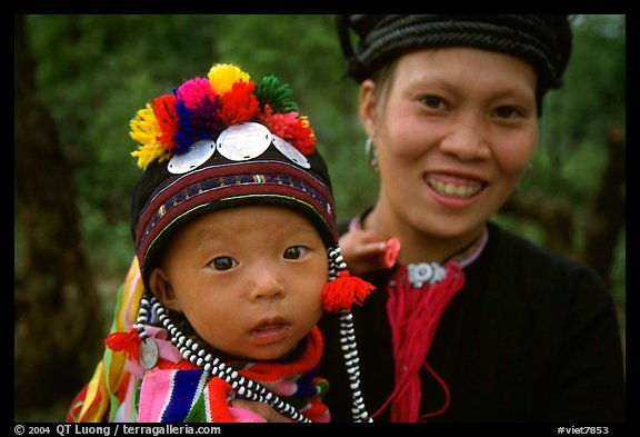 Child and woman of the Black Dzao minority, between Tam Duong and Sapa. Northwest Vietnam (color)