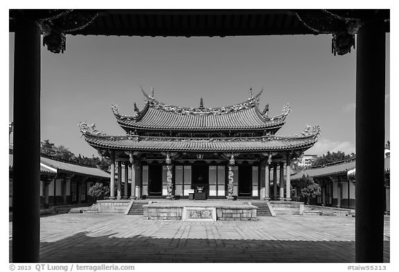 Dacheng Hall, Confuscius Temple. Taipei, Taiwan (black and white)