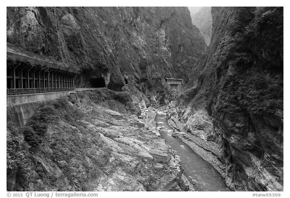 Gorge at Tunnel of Nine Turns, Taroko Gorge. Taroko National Park, Taiwan (black and white)