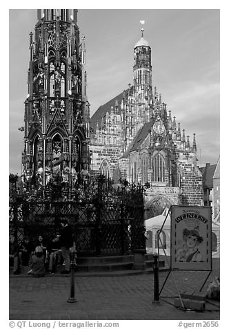 Schoner Brunnen (fountain) and Liebfrauenkirche (church of Our Lady) on Hauptmarkt. Nurnberg, Bavaria, Germany (black and white)