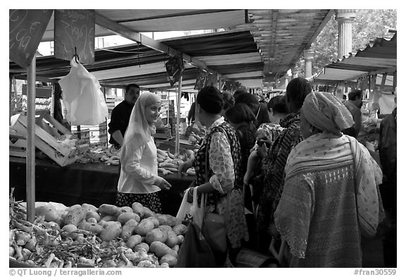 Black and White Picture/Photo: Popular street market ...