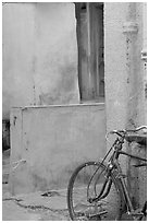 Bicycle and multicolored walls. Jodhpur, Rajasthan, India (black and white)