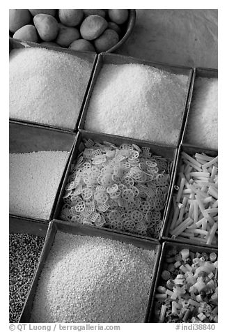 Grains and other foods,  Sardar market. Jodhpur, Rajasthan, India (black and white)