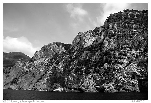 Steep limestone cliffs dropping into the Mediterranean. Cinque Terre, Liguria, Italy (black and white)