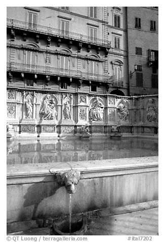 15th century Fonte Gaia and houses  on Il Campo. Siena, Tuscany, Italy (black and white)