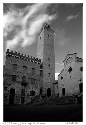 Palazzo del Popolo, Torre Grossa, Duomo, early morning. San Gimignano, Tuscany, Italy (black and white)