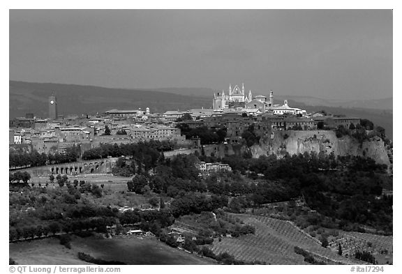 General view of town, perched on plateau. Orvieto, Umbria (black and white)