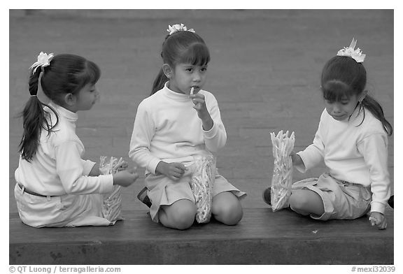 Black and white picture photo three little girls in school uniform eating snack guadalajara jalisco mexico