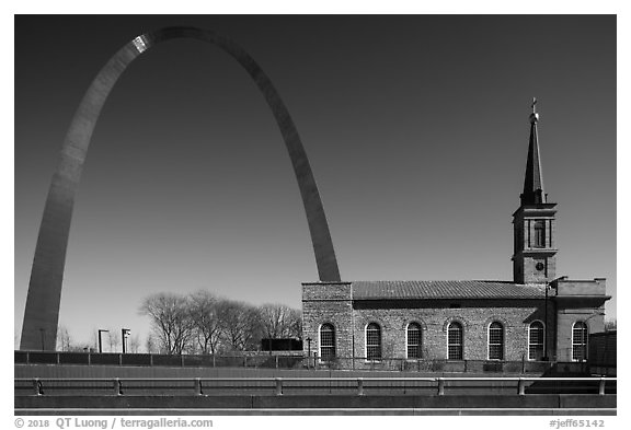 Old Cathedral and Arch. Gateway Arch National Park (black and white)