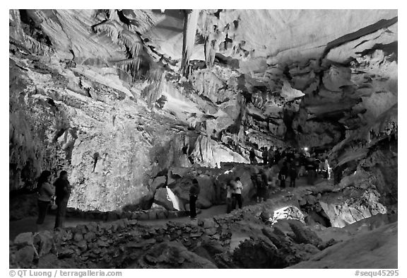 Tourists in huge Subterranean room, Crystal Cave. Sequoia National Park (black and white)