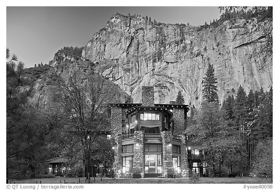 Ahwahnee hotel and cliffs. Yosemite National Park (black and white)