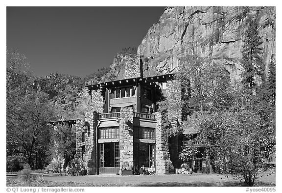 Ahwahnee lodge and cliffs. Yosemite National Park (black and white)