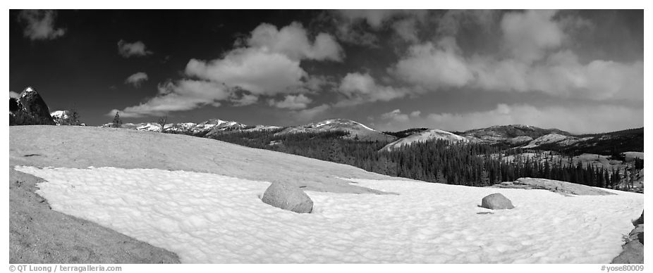 Tuolumne Meadows, neve and domes. Yosemite National Park (black and white)