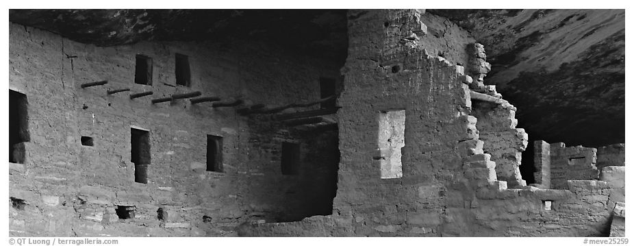 Cliff dwelling ruin. Mesa Verde National Park (black and white)