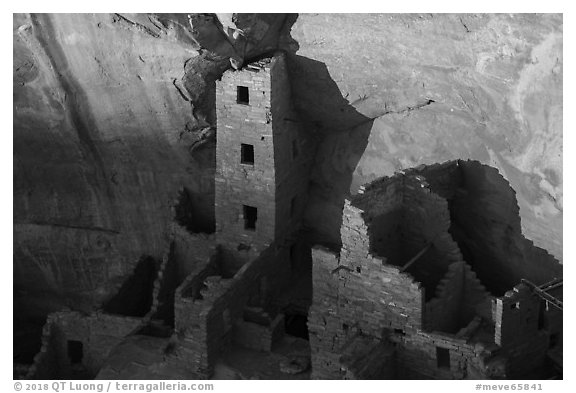Last light on Tower of Square Tower House. Mesa Verde National Park (black and white)
