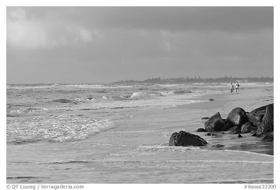 Couple strolling on the beach, Lydgate Park, early morning. Kauai island, Hawaii, USA (black and white)