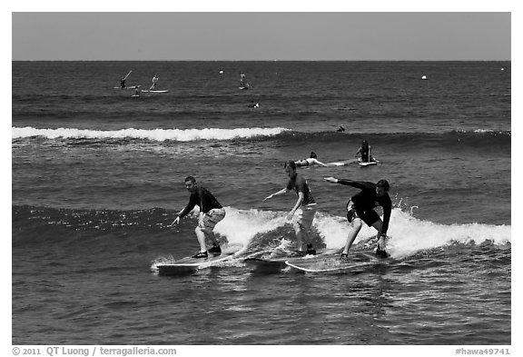Surfing students ride the same wave. Lahaina, Maui, Hawaii, USA (black and white)