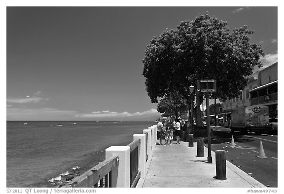 Waterfront promenade. Lahaina, Maui, Hawaii, USA (black and white)