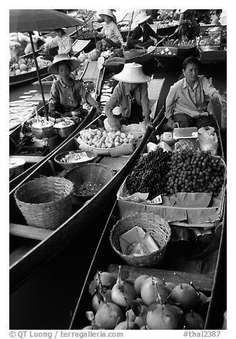 Small boats loaded with food, Floating market. Damnoen Saduak, Thailand (black and white)