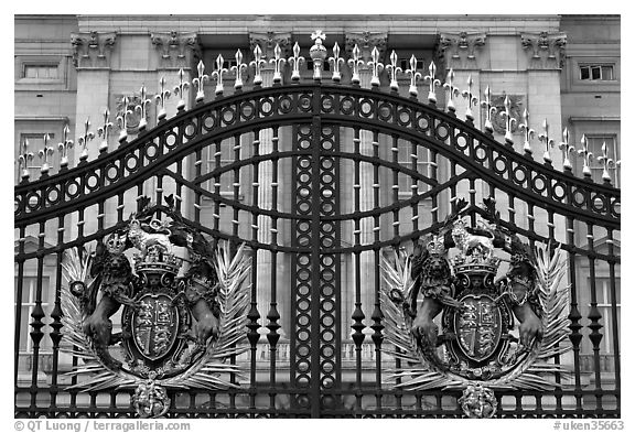 black and white picture photo entrance grids of buckingham palace with royalty emblems london. Black Bedroom Furniture Sets. Home Design Ideas