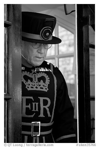 Yeoman Warder (Beefeater), Tower of London. London, England, United Kingdom (black and white)