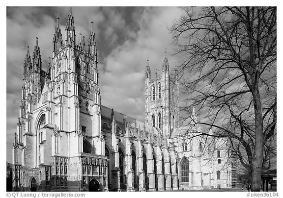 Canterbury Cathedral: portal, nave and crossing spire. Canterbury,  Kent, England, United Kingdom (black and white)