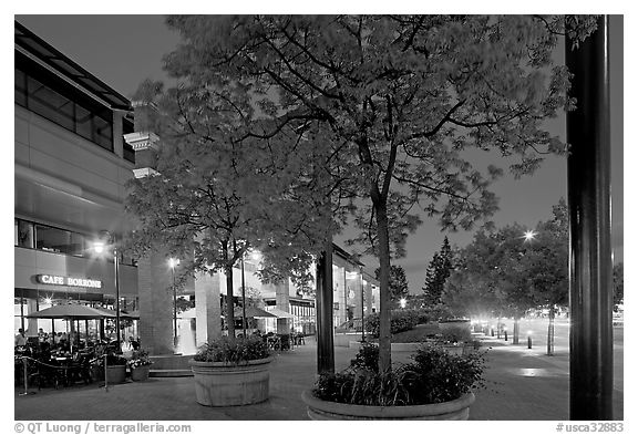Menlo Center at night, with cafe Borrone and Keplers bookstore. Menlo Park,  California, USA (black and white)