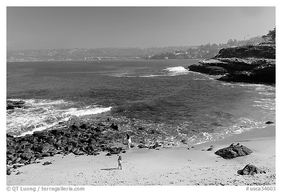 Girls on beach, the Cove. La Jolla, San Diego, California, USA (black and white)
