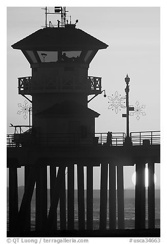 Lifeguard tower on Huntington Pier at sunset. Huntington Beach, Orange County, California, USA (black and white)