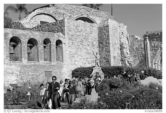 School children visiting the mission. San Juan Capistrano, Orange County, California, USA (black and white)