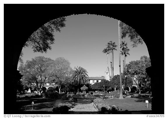 Central courtyard framed by an archway. San Juan Capistrano, Orange County, California, USA (black and white)