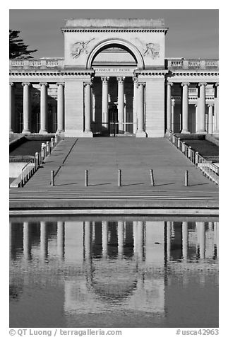 Entrance of Palace of the Legion of Honor reflected in pool. San Francisco, California, USA (black and white)