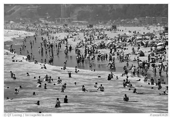 Throng of beachgoers, Santa Monica Beach. Santa Monica, Los Angeles, California, USA (black and white)
