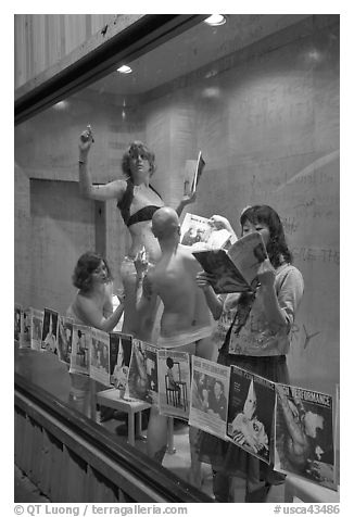 Art performers in a gallery window, Bergamot Station. Santa Monica, Los Angeles, California, USA (black and white)