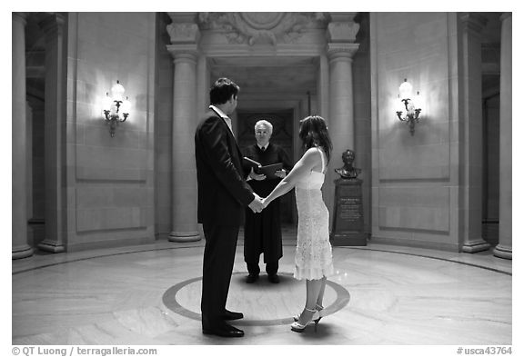 Couple taking marriage wows, City Hall. San Francisco, California, USA (black and white)